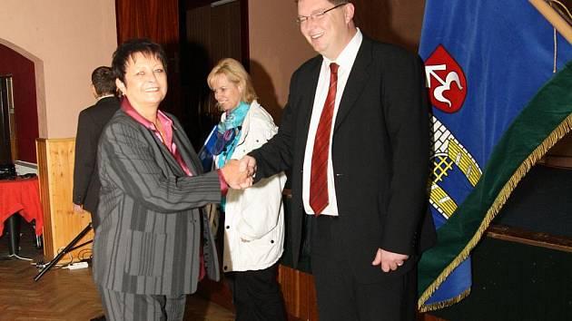 Novým starostou Moravského Krumlova je bývalý místostarosta Tomáš Třetina. Po skončení ustavujícího zasedání zastupitelstva přijímal gratulace od zastupitelů. Mnoho úspěchů v práci mu popřála i šéfka krumlovských oranžových Irena Kočí.