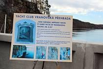 Členové Jachtklubu Vranovská přehrada odhalili k desátému výročí povodní pamětní plastiku.
