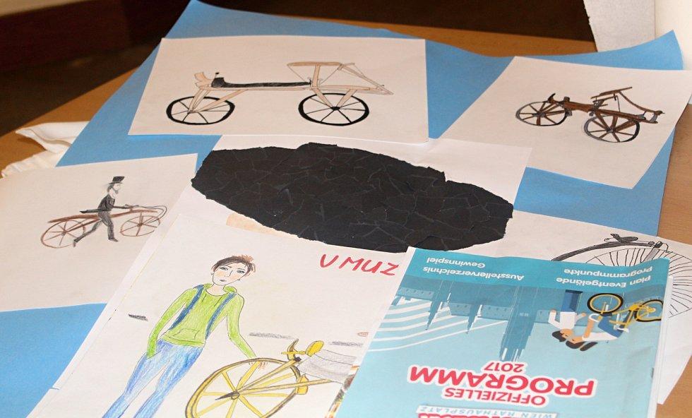 Výstavu organizuje znojemský CykloKlub Kučera. Exponáty zapůjčilo Muzeum kol v Boskošvtejně, Muzeum motorismu ve Znojmě a sběratel Ivan Křivánek. Výstavu doplnily výkresy dětí, které stvárnily své představy o historických bicyklech.