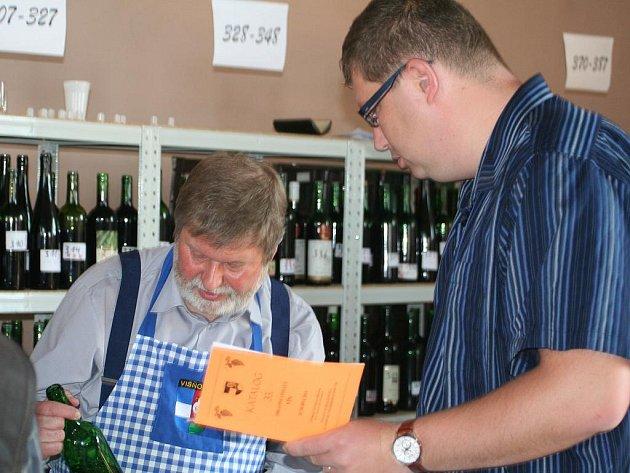33. ročník oblastní výstavy vín uspořádali v neděli čtyřiadvacátého dubna zahrádkáři ve Višňové. V místní sokolovně se po desáté hodině dopolední sešlo asi tři sta milovníků vína.
