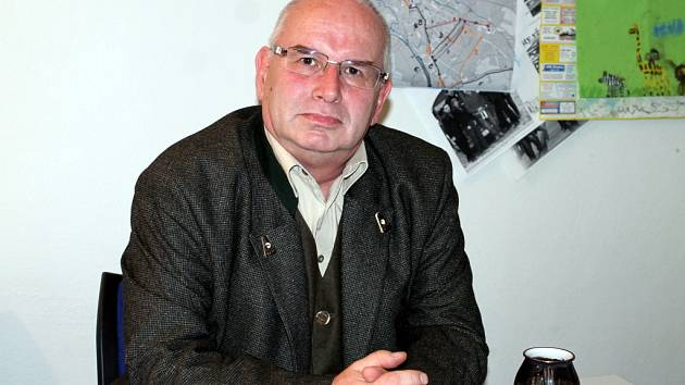 Bývalý tajemník znojemské radnice Vladimír Krejčíř čelí už rok a půl trestnímu stíhání pro podezření z braní úplatků, zneužití pravomoci úřední osoby a ovlivňování veřejných zakázek. Hrozí mu až dvanáct let ve vězení.