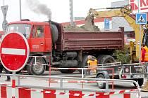 Patrně kvůli úniku plynu je ve Znojmě další uzavírka. Kruhový objezd mezi ulicemi Palackého a Jarošova je ve směru do Jarošovy neprůjezdný.