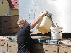 Hrušovanští teď řeší pitnou vodu. Ta z kohoutku je závadná, řada místních o tom ale v pátek odpoledne ještě nevěděla.