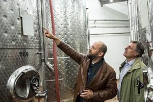 Matematicko-fyzikální fakulta rozjíždí spolupráci na vývojovém projektu s vinařskou firmou Znovín. Na snímku ředitel Znovínu Pavel Vajčner a děkan fakulty Jan Kratochvíl.