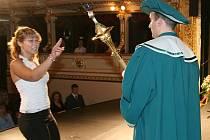 Noví studenti složili ve znojemském Městském divadle imatrikulační slib na insignie Soukromé vysoké školy ekonomické.