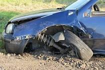 V nepřehledném úseku předjížděl řidič Volkswagenu Golf na silnici nedaleko Miroslavi. Nestihl se včas vrátit do svého pruhu a srazil se s protijedoucí oktávií.