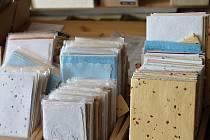 """Barevný ruční papír posypaný okvětními lístky je specialita želetické papírny. """"Z našeho ručního papíru jsme před časem vyráběli i dárkové sady pro ministerstvo zahraničí. Byla to pro nás prestižní zakázka. Zahraniční diplomaté si pak odváželi domů papír"""