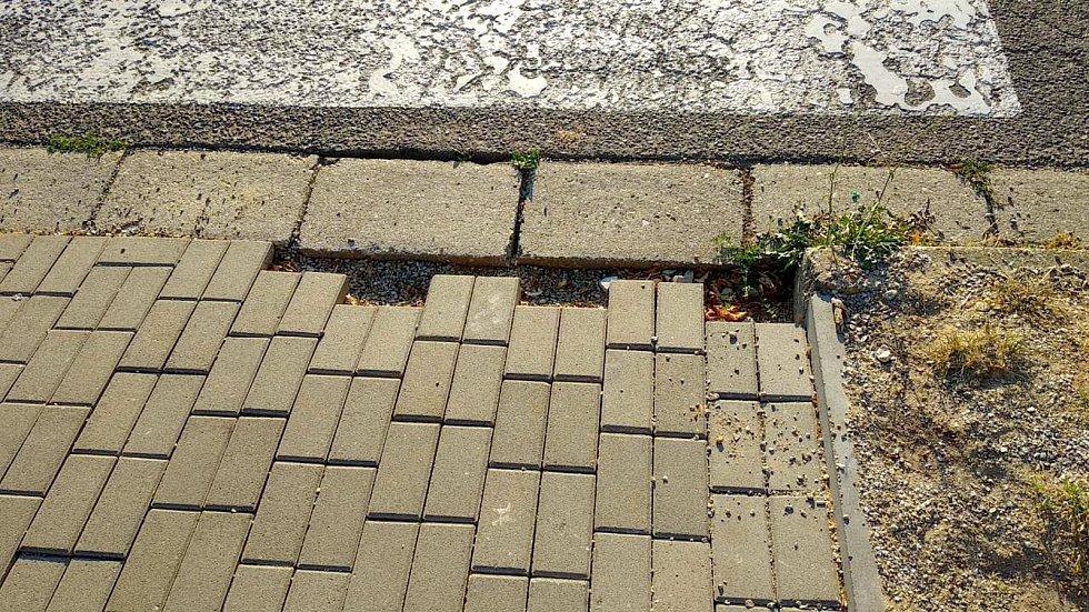 Znojemská radnice opravuje některé chodníky ve městě a městských částech. Za 17 milionů korun. Na mnoha místech jsou nedodělky. Odstraníme je, zní z radnice.