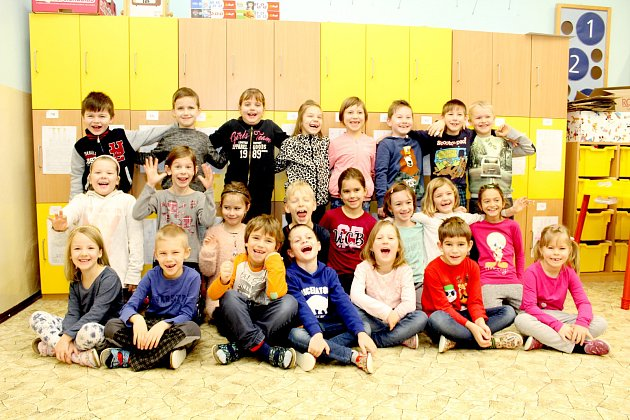 Žáci první třídy ze Základní školy Suchohrdly. Třídní učitelkou je Petra Pelánová.