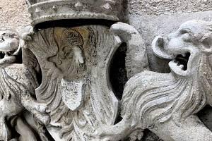 Zdobný erb objevili řemeslníci na fasádě Domu porozumění na Slepičím trhu ve Znojmě.