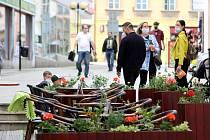 Otevřené restaurační zahrádky ve Znojmě, den první. BiZtro na Horním náměstí a Kafé u radnice v Obrokové ulici kolem třetí hodiny odpoledne 11. května.