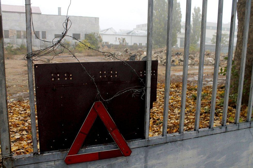 Areál bývalých jatek ve Znojmě. Měla zde stát nová výrobní a skladovací hala, objekt je stále v původním stavu a pokračují zde demoliční práce.