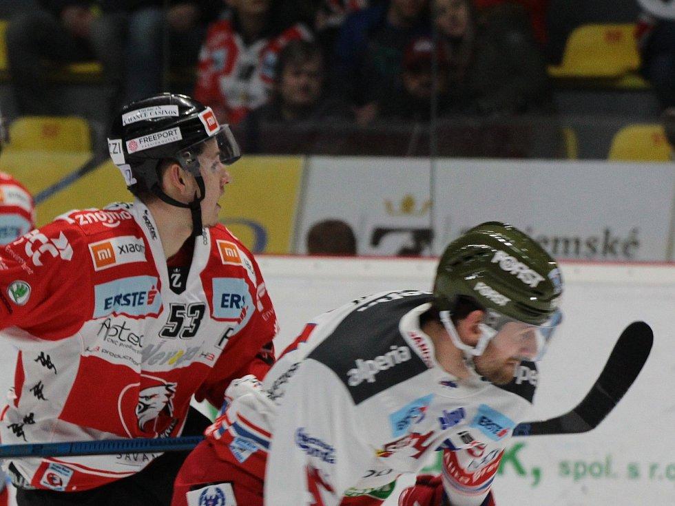 Hokejista Znojma Radim Matuš (v červeném).