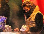 Již o poslední listopadové sobotě zahájili hrušovanští letošní advent. A rozsvítili vánoční strom. K radosti nejmenších obyvatel města.