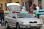 Přímo na chodníku před domem v Krhovicích, ve kterém krátce bydlel, zaútočil David K. na svoji družku. Žena zraněním podlehla.