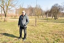 O bydlení v takzvaném 'zlatém kříži' v Hevlíně je zájem. Šestačtyřicet pozemků v lokalitě U vodojemu rozebrali zájemci během několika dní. Na snímku místostarosta Hevlína Václav Čaj.
