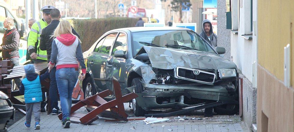 Na Rooseveltově ulici ve Znojmě se v sobotu před polednem srazila dvě auta. Škodovka smetla část předzahrádky u místní restaurace. Nikdo na ní naštěstí nebyl.