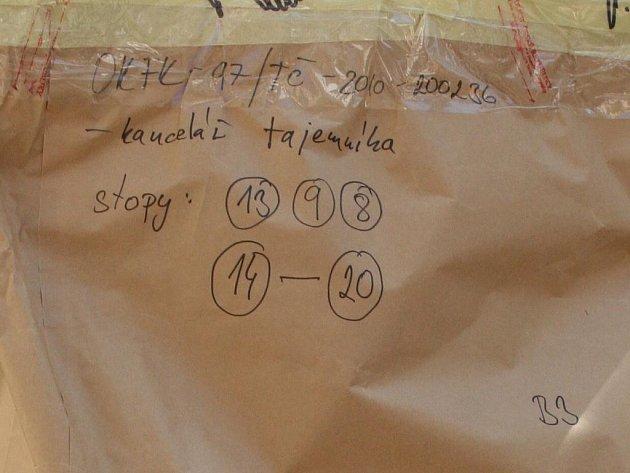 Papírové pytle se zabavenými dokumenty.