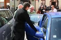 Kriminalisté odvážejí tajemníka Vladimíra Krejčíře k dalšímu výslechu.
