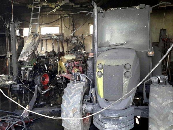 Požár ve Vrbovci zničil traktor a tažný postřikovač. Škoda je milion a půl.