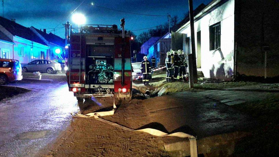 Při nočním požáru v Oleksovicích zemřely tři děti, čtyři dospělí se zranili.