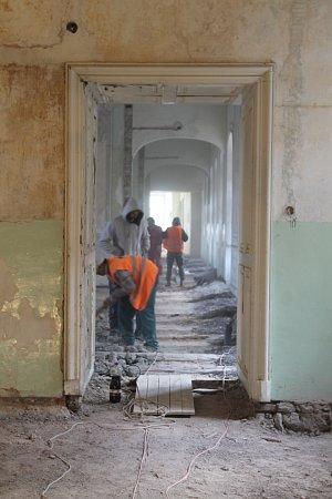 Opravy zámku vMoravském krumlově začaly.