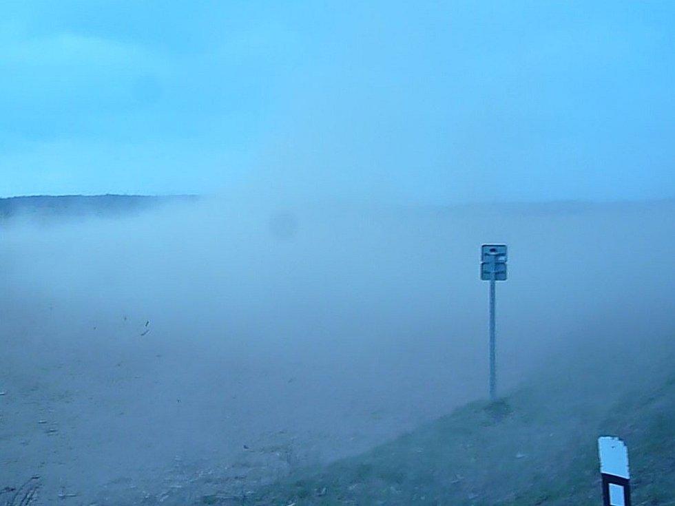 Z polí u Znojma silný vítr bral ornou půdu, chvílemi nebylo vidět ani na metr, což řidičům výrazně komplikovalo jízdu auty.