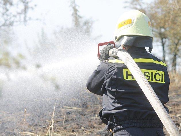 K požáru suché trávy na Načeratickém kopci vyjíždělo několik jednotek profesionálních i dobrovolných hasičů ze Znojma a okolích vesnic.
