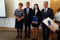 Za svůj svatební dort získala studentka Ilona Svobodová ze střední školy v Dvořákově ulici druhé místo v celostátní soutěži odborných prací.