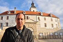 Když kastelán nemůže, provází muzeem starosta Jevišovic Pavel Málek. Je nadšenec do historie.