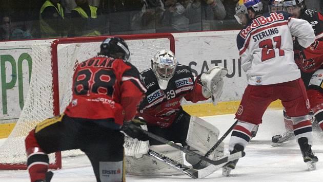 Hokejisté Znojma ve finále EBEL proti Salcburku v sezoně 2015/2016.