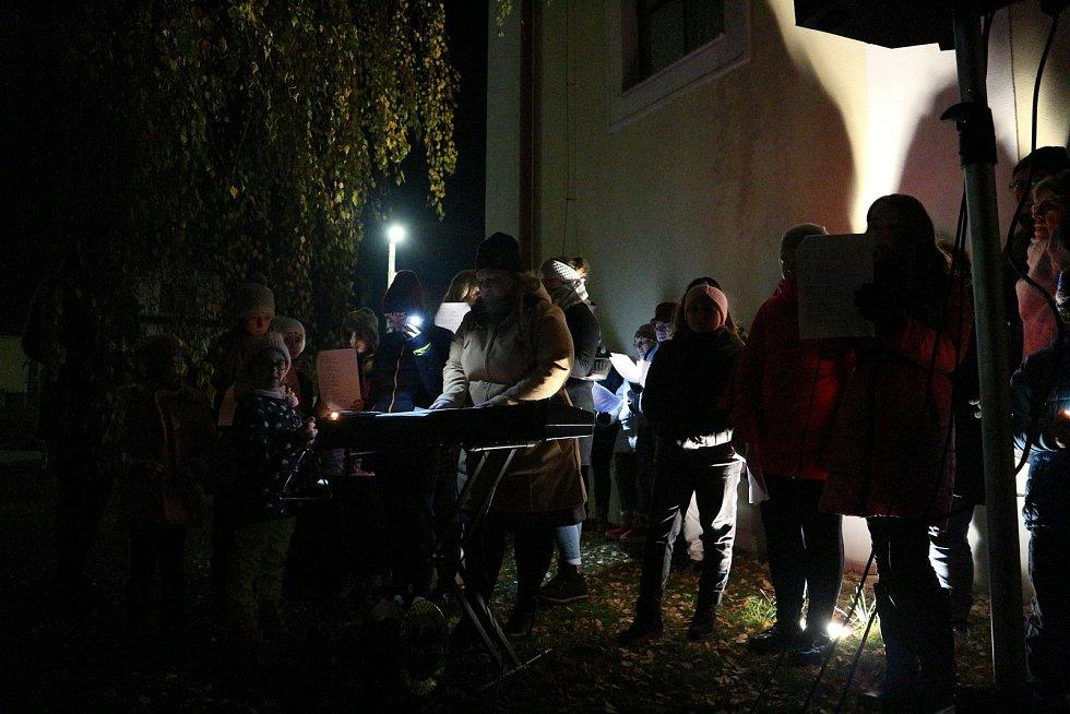 Ke společnému zpívání koled se sešli lidé také ve Chvalovicích. Zpívajících bylo asi 80. Zpívaly dva místní pěvecké sbory - Zpěváčci a Chvalozpěvy. Ke koledám přidali zpěváci i další písně a celé pásmo trvalo asi půl hodiny.