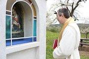 Slavnostního žehnání opravené kapličky u Havraníků se v sobotu 8. dubna zúčastnili Soňa Matochová ze Sdružení pro obnovu památek Moravy, akademický malíř Jan Knor, otec Marian, starosta Havraníků Aleš Kňazovčík a řada hostů.