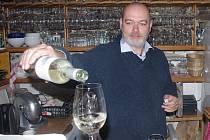 Zdeněk Čižmář ve své vinárně.