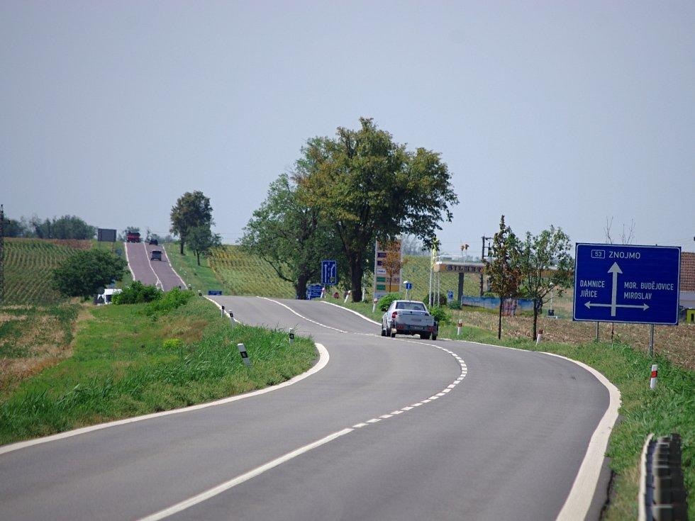 Chystaná modernizace silnice I/53 mezi Znojmem a Pohořelicemi se dotkne i úseku u Miroslavi, kde má vyrůst nová mimoúrovňová křižovatka.