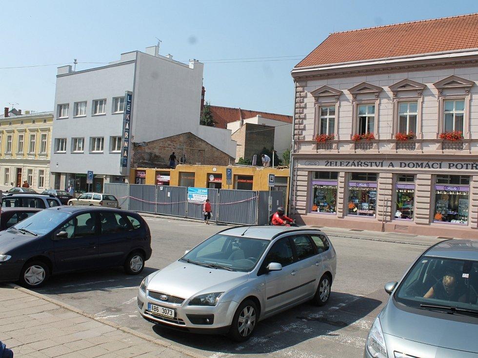 Jako díra po bolavém zubu vyhlíží zatím prostor mezi Železářstvím Fiala a lékárnou na náměstí Svobody ve Znojmě.