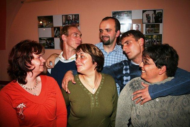 Fotograrf Zdeněk Dvořák (muž s bradkou) se svými bývalými klienty a autora fotografií ve znojemské galerii Na Věčnosti.