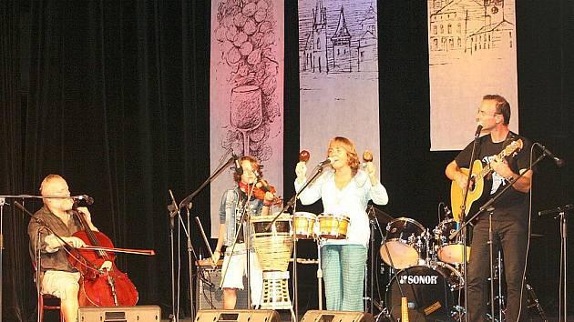 Třináctý ročník mezinárodního televizního festivalu Znojemský hrozen skončil v pátek večer tradičním předáváním cen za rozhlasové a televizní programy a reklamy z oblasti gastronomie a životního stylu. Večer se uskutečnil v Městském divadle ve Znojmě.