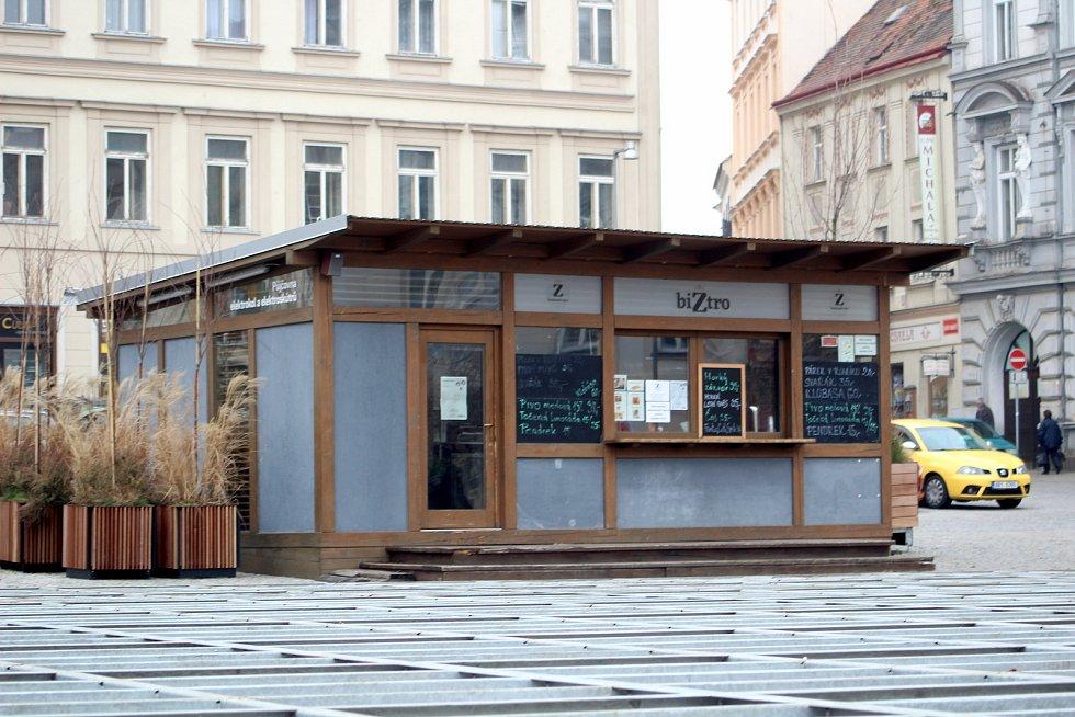 Část opozice chce po vedení Znojma, aby nechalo odstranit dřevěný stánek na historickém náměstí.