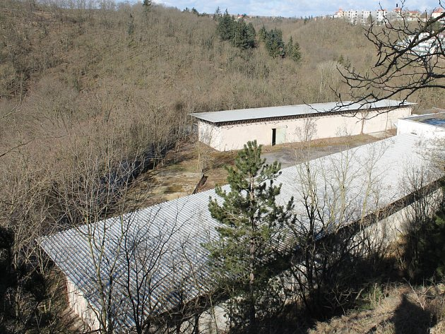 Policie prodává areál po služebních psovodech v bývalém lomu u Gránického údolí ve Znojmě.