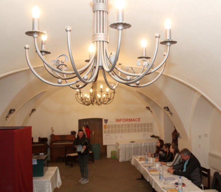 Patrně nejhezčí volební míst nost na Znojemsku mají voliči v Bohuticích. Otevřeli ji v tamní zámecké kapli. Za čtyři hodiny si do ní k urnám našlo cestu necelých šest desítek voličů.