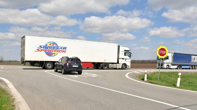Křižovatka u Mackovic na silnici I/53 z Brna do Znojma se zařadila do mapy nejrizikovějších míst v republice. Loni se tam při čtyřech nehodách zranilo osm lidí, z toho jeden těžce.