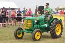 Na osm desítek řidičů traktorů a traktůrků soutěžilo v tradiční traktoriádě ve Tvořihrázi.