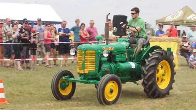 Kdo ovládá traktor, vítězí. V traktoriádě