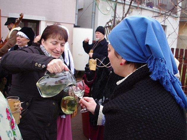 Za vinaři z Nového Šaldorfa zavítali s tradiční Hotařskou koledou členové znojemského Spolku přátel Hroznové kozy.