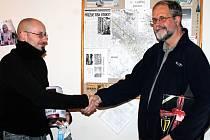 Jiří Rybák (vpravo) je vítězem podzimní Tipligy. Cenu mu předává šéfredaktor Znojemského deníku Vojtěch Smola.