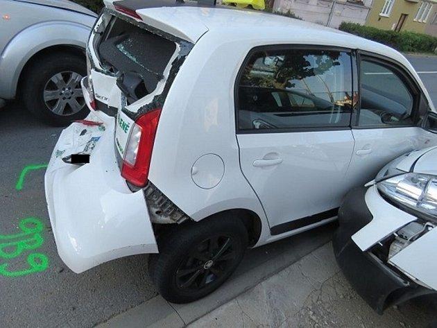 Tři osobní auta se srazila v úterý večer ve znojemské Rooseveltově ulici.