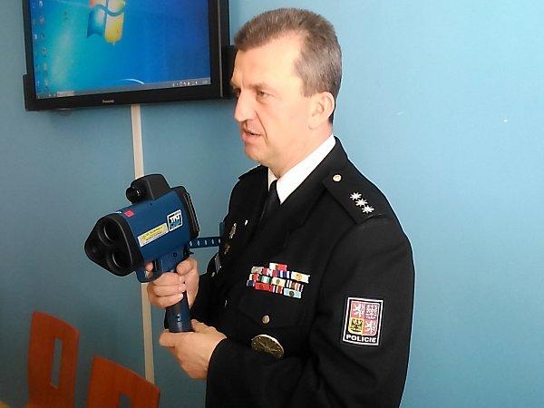 Dopravní policisté mají nový laserový radar pro měření rychlosti aut. Představil ho šéf dopravních policistů na Znojemsku Robert Pešek.