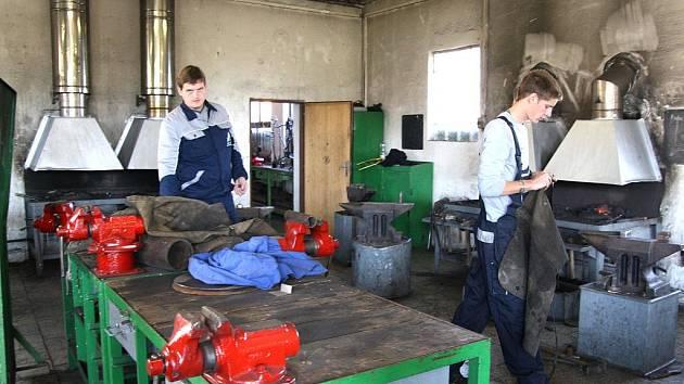 Prohlédnout si zmodernizované učebny, vybavené odloučené pracoviště, či shlédnout při práci kuchaře, kováře nebo truhláře. Tak tohle všechno nabídla v pátek a v sobotu Střední odborná škola obchodní a Střední odborné učiliště řemesel v Moravském Krumlově.