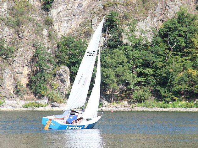 Patnáctý ročník regaty Jachtklubu na Vranovské přehradě se z domácích lodí nejlépe vydařil posádce Kelt s manželi Martinem a Danou Zemanovými. Na startující čekal mnohahodinový plavební maraton na trati o délce 25 kilometrů.